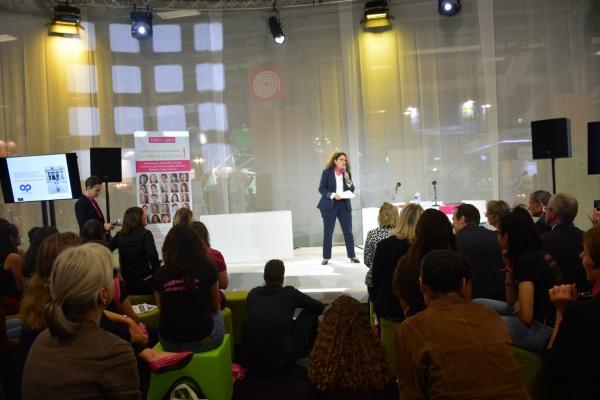 Pïtch d'Isabelle Valentin Bianco, marraine Elles Bougent Plastic Omnium, au Mondial de l'Auto
