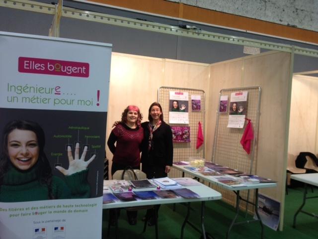 Mériam CHEBRE, déléguée régionale de l'association « Elles bougent » en Rhône-Alpes avec Elise CHANE, bénévole, préparent le stand avant l'ouverture du forum, à 8 heures, le 23 janvier.